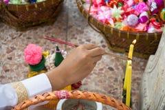 Incense los palillos para rogar en la ceremonia de la ordenación para el hombre que hace un nuevo monje o sacerdote Fotografía de archivo