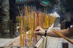 Incense los palillos que queman en un templo del Taoist de Wong Tai Sin, Hong Kong Fotos de archivo libres de regalías