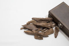 Incense microplaquetas, Agarwood, colocado em torno de uma caixa, de uma ela nome do ` s na madeira árabe de Oud usada para incen Imagens de Stock