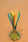 Incense spa, wierookstokken in een aromaetherische oliën die worden ondergedompeld Stock Afbeeldingen