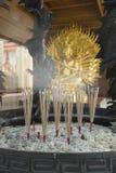 Incense sull'altare, pregante dalla dea Guan Yin Fotografia Stock