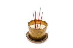 Incense varas no queimador de incenso velho no fundo branco Fotos de Stock