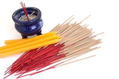Incenses en Wierookbrander naast kaarsen Stock Foto