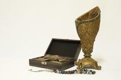 Incensiere, legno dell'agar: Oud, chip di incenso e perle del rosario Fotografie Stock Libere da Diritti