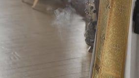 Incensiere ortodosso con il fumo di incenso video d archivio