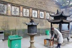 Incenso ardente da mulher no templo do huijisi, adôbe rgb foto de stock