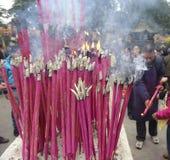 Incenso burning della gente sull'altare di incenso Fotografia Stock