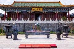 Incenso de fumo na frente do templo de Tianmenshan sobre a montanha de Tianmen imagens de stock