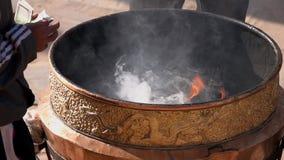 Incenso de queimadura no caldeirão perto de Stupa budista video estoque