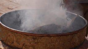 Incenso de queimadura no caldeirão perto de Stupa budista filme