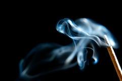 Incenso dell'isolato con fumo fotografia stock libera da diritti