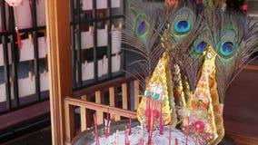 Incenso e piuma sull'altare tradizionale Bastoni aromatici di incenso e belle piume del pavone attaccati in ciotola sopra archivi video