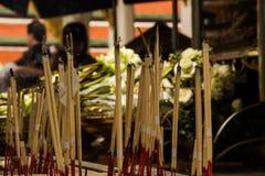 Incenso no keaw do phra do wat, Tailândia Fotos de Stock Royalty Free