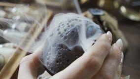 Incenso orientale tradizionale Passaggi del fumo con i fori ed i flussi video d archivio