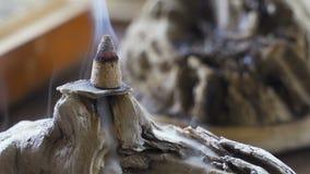 Incenso orientale tradizionale Passaggi del fumo con i fori ed i flussi archivi video
