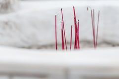 Bastoni rossi brucianti per culto in tempio buddista. Fotografia Stock Libera da Diritti