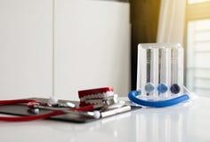 Incentivespirometer of drie ballen voor bevorderen long op bureau Royalty-vrije Stock Afbeelding