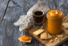 Inceppamento arancio crudo sano con le albicocche secche in un barattolo di vetro con i biscotti Fotografia Stock Libera da Diritti