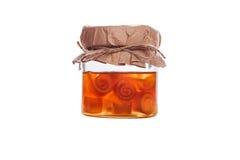 Inceppamento arancio in un barattolo isolato su fondo bianco Immagine Stock