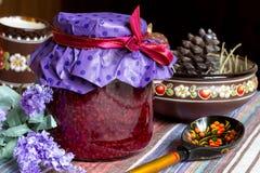 Inceppamento-barattolo del lampone, piatti ucraini dell'argilla, cucchiaio di legno, cucina di eco Fotografie Stock