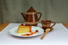 Inceppamento, caffettiera e tazza casalinghi dell'uva spina del biscotto Fotografia Stock