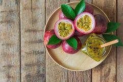 Inceppamento casalingo del frutto della passione in bottiglia sul piatto di legno Frui di passione Immagine Stock