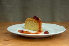 Inceppamento casalingo dell'uva spina del biscotto su un piatto bianco Fotografia Stock