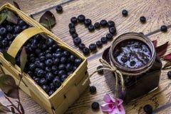 Inceppamento casalingo organico del mirtillo; Canestro in pieno con il blueberri fresco Fotografia Stock