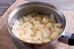 Inceppamento cucinato della pera in una pentola che bolle con lo zucchero fotografie stock libere da diritti