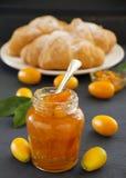 Inceppamento dei kumquat con il croissant. immagini stock libere da diritti