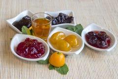Inceppamento dei lamponi, dei kumquat, delle visciole, dei fichi, delle more e del liquore del kumquat Immagine Stock