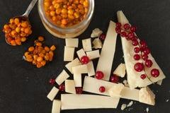 Inceppamento del formaggio, del ribes e dell'olivello spinoso Fotografia Stock Libera da Diritti