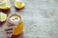 Inceppamento del limone nelle fette del ` s del limone e del barattolo su una tavola Fotografia Stock Libera da Diritti
