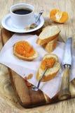 Inceppamento del mandarino e fette di baguette Fotografie Stock Libere da Diritti