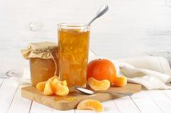 Inceppamento dell'agrume in barattoli di vetro e nelle fette arancio fotografia stock libera da diritti