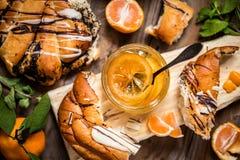 Inceppamento dell'agrume con pane dolce, pasticcerie, arance, limone Fotografia Stock