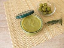 Inceppamento dell'oliva verde in barattolo Fotografie Stock Libere da Diritti