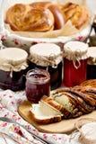 Inceppamento della bacca e della frutta in barattoli Generi differenti di panini Immagine Stock