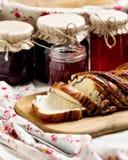 Inceppamento della bacca e della frutta in barattoli Generi differenti di panini Fotografia Stock Libera da Diritti