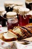 Inceppamento della bacca e della frutta in barattoli Generi differenti di panini Fotografie Stock Libere da Diritti
