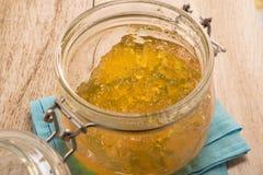 Inceppamento della marmellata d'arance in una ciotola di vetro Immagine Stock Libera da Diritti
