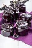 Inceppamento di Chokeberry in barattoli di vetro immagini stock libere da diritti