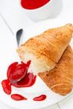 Inceppamento di fragola e del croissant nell'alta chiave Fotografie Stock Libere da Diritti