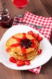 Inceppamento di fragole e pancake casalinghi Fotografie Stock Libere da Diritti