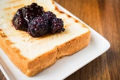 Inceppamento di Mullberry sul pane del pane tostato Fotografie Stock Libere da Diritti