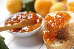 Inceppamento e pane dell'albicocca Immagine Stock