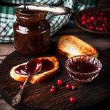 Inceppamento e pani tostati su una tavola di legno fotografia stock