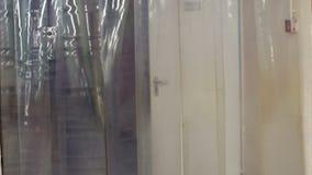 Incerata densa che appende all'uscita del dipartimento della carne Frigorifero industriale archivi video