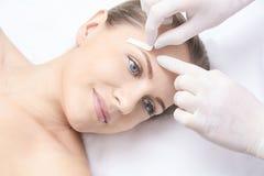 Inceratura del corpo della donna Depilazione dello zucchero epilation di servizio del laser Procedura dell'estetista della cera d immagini stock libere da diritti
