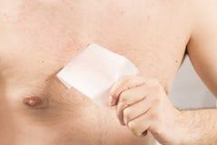 Inceratura della depilazione del torso dell'uomo immagini stock